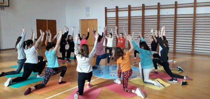 jóga na tělocviku